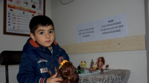 Çocuklara Hem Şifa Hem De Oyuncak Dağıtıyor
