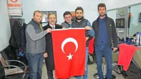 Başkan Zihni Şahin Bayrak Dağıttı