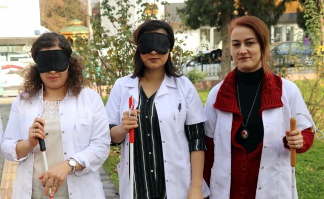 Görme engellileri anlamak için gözleri bağlı yürüdüler