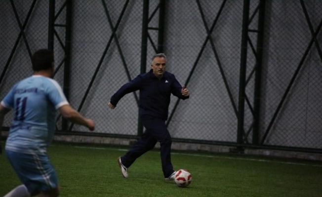Maliye Bakanı Ağbal, halı saha maçında forma giydi