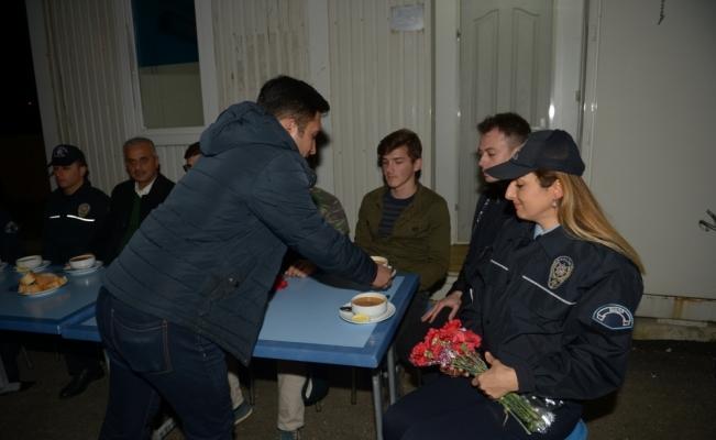 Öğrencilerden nöbet tutan polislere çorba ikramı