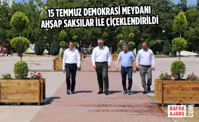 15 Temmuz Demokrasi Meydanı Ahşap Saksılar İle Çiçeklendirildi