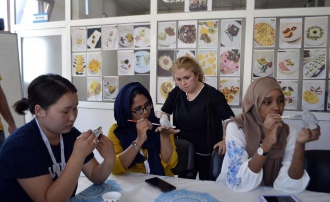 Yabancı öğrenciler seramik öğreniyor