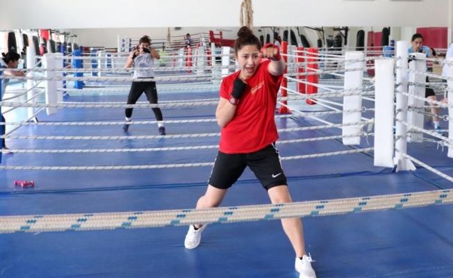 Genç milli boksörler ikinci etap kampına başladı