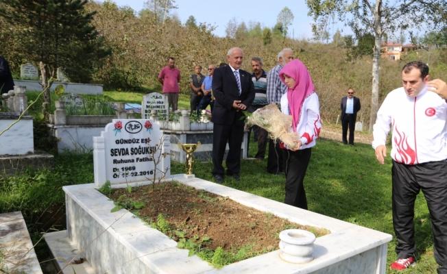 Kazandığı madalya ve kupasını annesinin mezarına götürdü