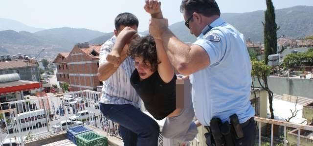 Fethiye'de Çatıya Çıkan Alkollü Kadın Kendini Aşağıya Atmak İstedi