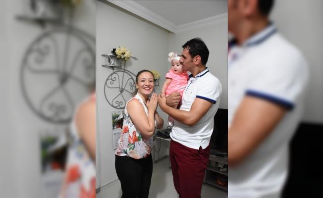 İşitme engelli çiftin sağlıklı çocuk mutluluğu