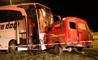 Amasya'da yolcu otobüsü ile minibüs çarpıştı: 1 ölü, 4 yaralı