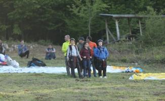 Çocuklar yamaç paraşütü yaptı