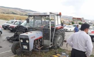 Amasya'da minibüs ile traktör çarpıştı: 13 yaralı