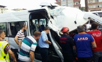 Yolcu minibüsü çöp kamyonuna çarptı: 10 yaralı