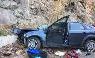 Artvin'de otomobil kayalara çarptı: 1 ölü, 2 yaralı