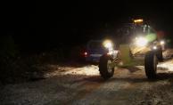 Yaylada karla kaplanan araçta 10 saat mahsur kaldılar