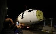 Pistten çıkan uçağın nakil işlemi başladı