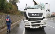 Tırın hurdaya döndüğü kazadan yara almadan kurtuldu