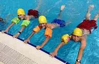 Düzce Belediyesi Çocuklara Yüzme Öğretiyor