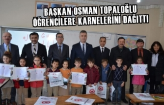 Başkan Topaloğlu Öğrencilere Karnelerini Dağıttı