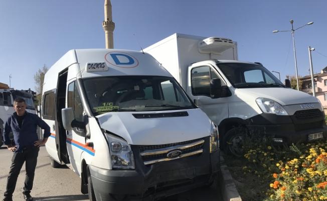 Bayburt'ta dolmuş ile kamyonet çarpıştı: 3 yaralı