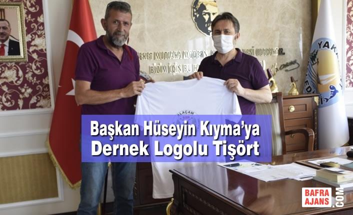Başkan Hüseyin Kıyma'ya Dernek Logolu Tişört