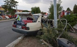 Çorum'da otomobil aydınlatma direğine çarptı: 5 yaralı