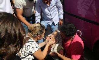 Halk otobüsünün altında kalan yaşlı kadını vatandaşlar kurtardı