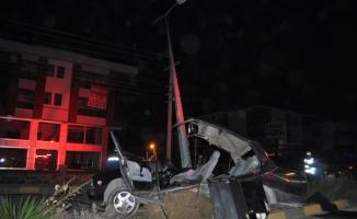Bartın'da otomobil direğe çarptı: 3 yaralı