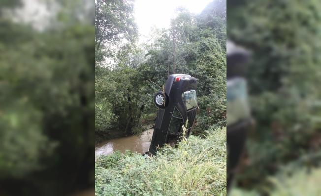 Dereye düşen otomobilin sürücüsü kayboldu