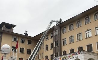 Ders sırasında okulun çatısı yandı