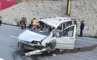 Gümüşhane'de hafif ticari araç refüje çarptı: 6 yaralı