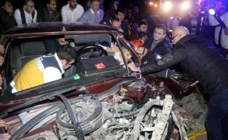 Vatandaşlar araçta sıkışan sürücü için seferber oldu