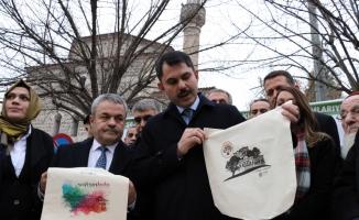 Bakan Kurum, vatandaşlara bez çanta dağıttı