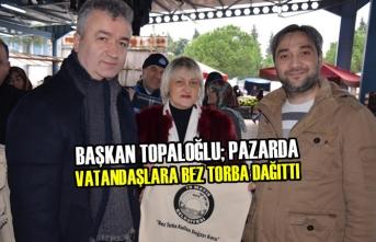 Başkan Topaloğlu; Pazarda Vatandaşlara Bez Torba Dağıttı