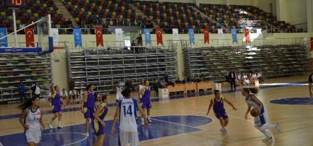 Üniversiteli Basketçiler Sezonun İlk Maçında Galibiyet Aldı