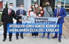 Büyükşehir Dünya İkincisi Nisanur'u Havaalanında Çiçeklerle Karşıladı