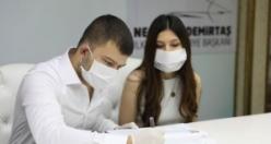 Korona Virüsüne Karşı Tıbbı Maske Ve Eldivenli Nikah