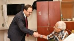 Başkan Zihni Şahin'den Hastalara Sürpriz Ziyaret