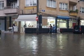 Bafra'da Sağanak Yağmur Etkili Oldu