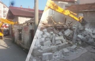 Alaçam'da Metruk Binaların Yıkımı Devam Ediyor