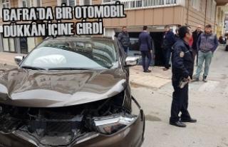 Bafra'da Bir Otomobil Dükkân İçine Girdi