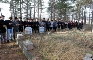 Depremde ölen öğrencilerin mezarları okullarının...