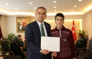 Bakan Bak'tan Murat Sökük'e anlamlı hediye