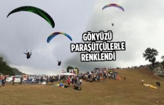 Gökyüzü Paraşütçülerle Renklendi