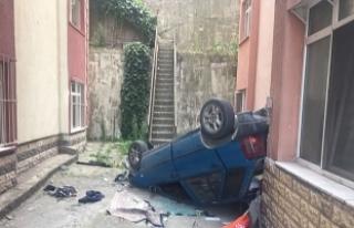 Site bahçesine devrilen otomobilin sürücüsü yaralandı