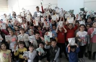 Bafra'da 100 Öğrenciye Kitap Hediye Edildi