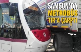 Samsun'da Metrobüs Tır'a Çarptı