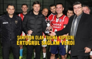 Şampiyon Olan Takıma Kupasını Ertuğrul Sağlam...