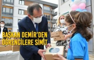 Başkan Demir'den Öğrencilere Simit