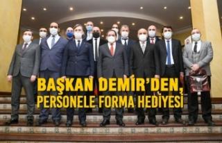 Başkan Demir'den, Personele Forma Hediyesi