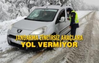 Jandarma Zincirsiz Araçlara Yol Vermiyor