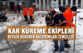 Kar Küreme Ekipleri Beyaza Bürünen Kaldırımları...